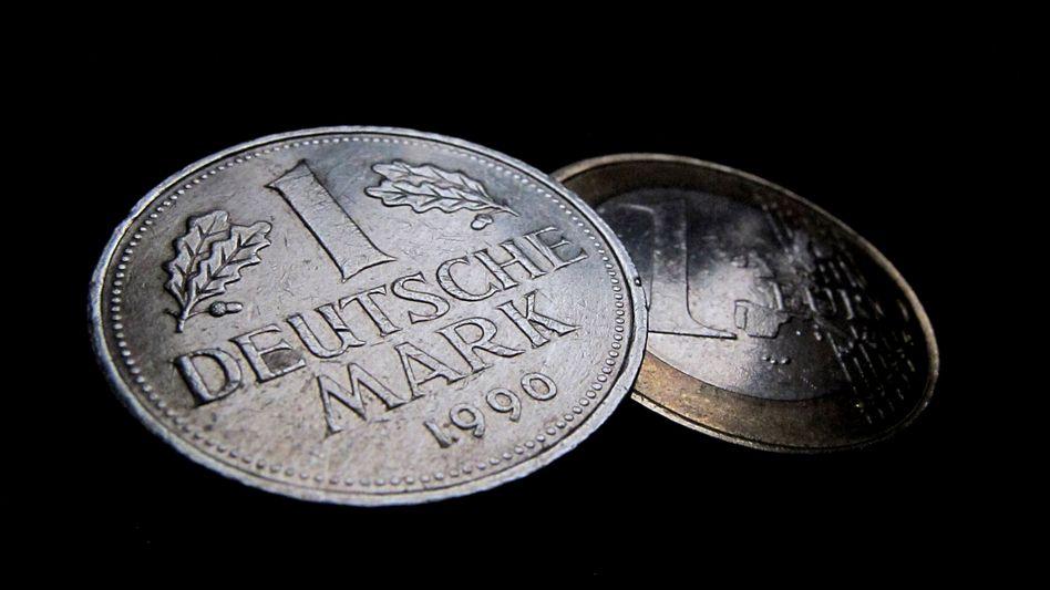 Der Euro entwickelt sich zu einer deutlich schwächeren Währung, als es die D-Mark einst war - zum Nachteil der langfristigen Wettbewerbsfähigkeit Deutschlands