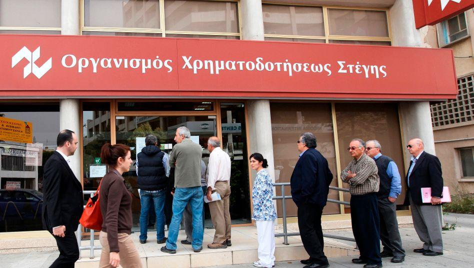 Lange Fastenzeit: Vor zwei Jahren bildeten sich Schlangen vor den Bankfilialen, weil die Zyprer tagelang überhaupt kein Geld abheben konnten