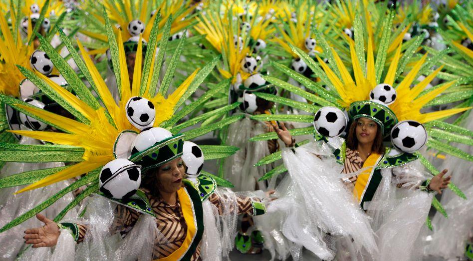 Stolz und voller Erwartung: Brasilien fiebert der Fußball-WM entgegen, doch die Bonitätswächter von Standard & Poor's versetzen dem Land einen empfindlichen Stimmungsdämpfer
