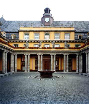 Gegensätze ziehen sich an: Mit dem alten Hauptgebäude an der Königinstraße 107 beruft sich die Münchener Rück auf ihre Wurzeln. Das klassizistische Bauwerk stammt aus dem Jahr 1913 und wurde von den Architekten Oswald Eduard Bieber und Wilhelm Hollweck entworfen.