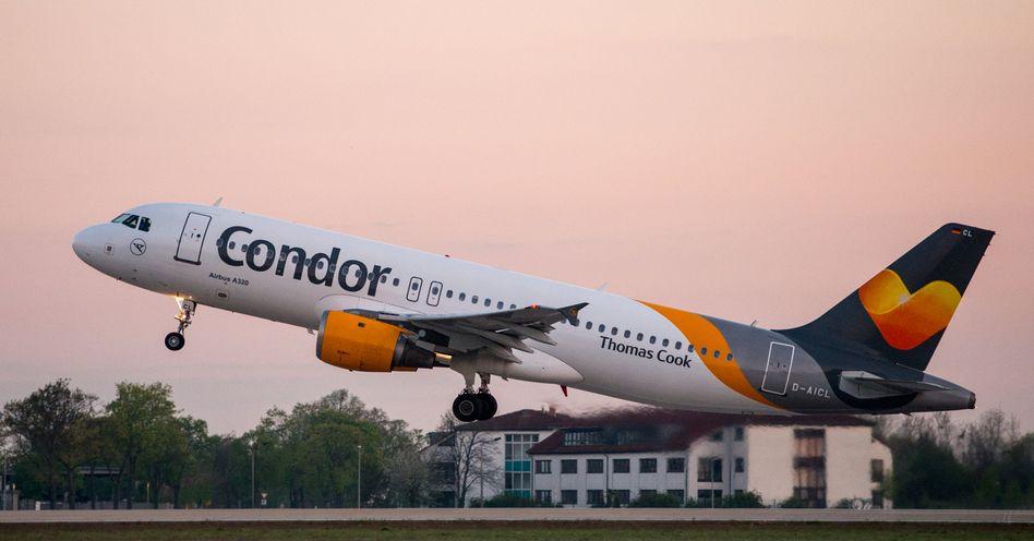 Condor-Maschine beim Start in Berlin: Noch ist der Ferienflieger nicht gerettet.