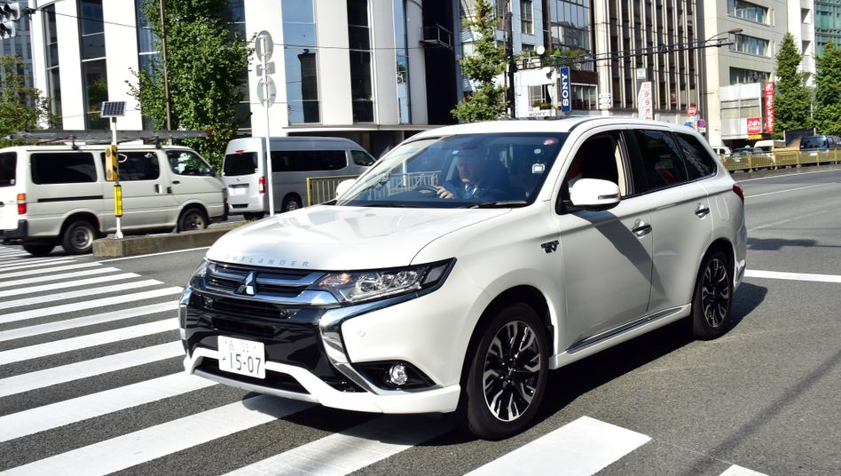 Mitsubishi Outlander PHEV (hier in Japan, mit Londons Bürgermeister am Steuer): Das Lieblings-Ökoauto der Niederländer ist gar nicht so grün