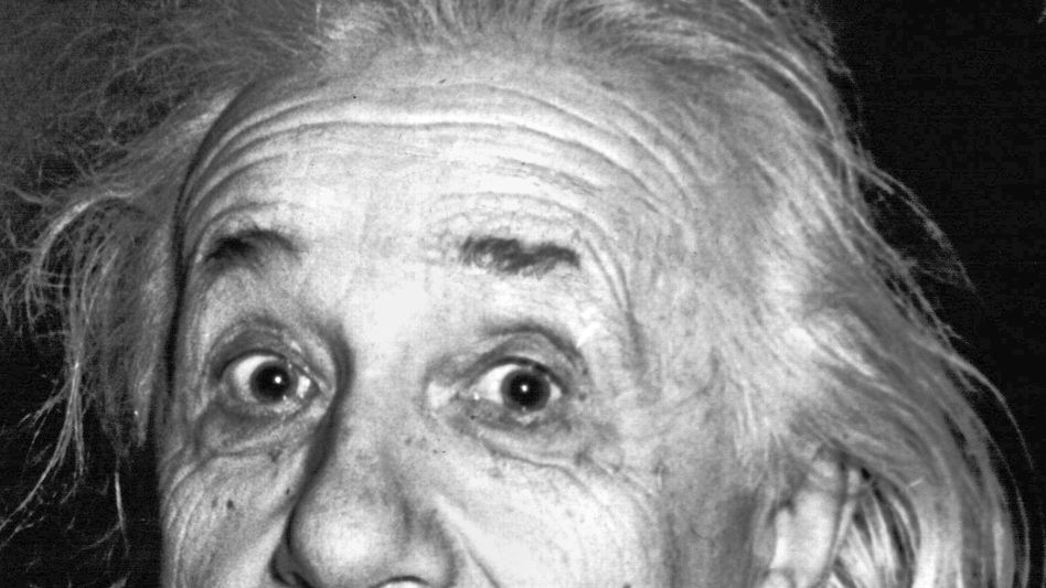 """Albert Einstein. Physiker und Nobelpreisträger, in seiner vermutlich bekanntesten Pose. Dinge wie die Relativitätstheorie in Formeln zu gießen war seine Stärke. Einstein war aber auch ein generell nachdenklicher Mann: """"Weisheit ist nicht das Ergebnis von Schulbildung, sondern des lebenslangen Versuchs, sie zu erwerben"""", sagte er einmal. Ein Eingeständnis, nicht eben alles quantifizieren zu können?"""