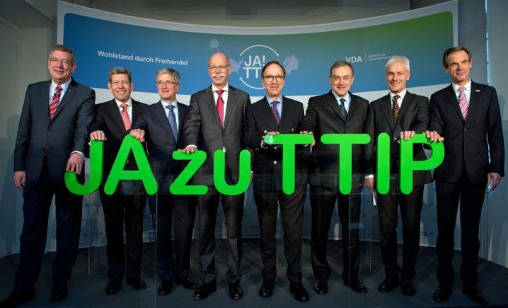 Findet TTIP gut: Daimler-Chef Dieter Zetsche (4. von links) im Kreise von Deutschlands Auto-Granden