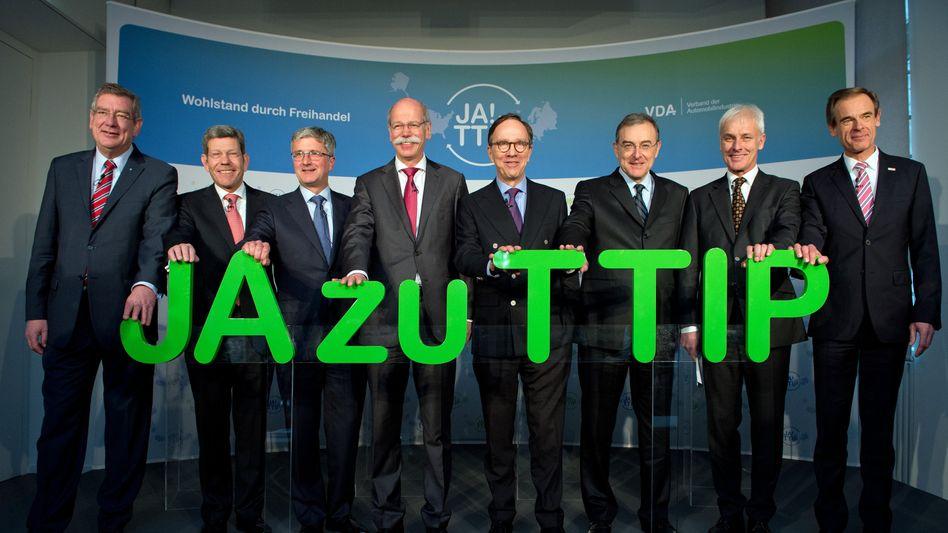 Acht für TTIP: VdA-Präsident Matthias Wissmann (Mitte) hat Arndt Kirchhoff (Kirchhoff Holding, von links), Bernhard Mattes (Ford), Rupert Stadler (Audi), Dieter Zetsche (Daimler) sowie Norbert Reithofer (BMW), Matthias Müller (Porsche) und Volkmar Denner (Bosch) um sich geschart, um für das Freihandelsabkommen zwischen EU und USA zu werben.