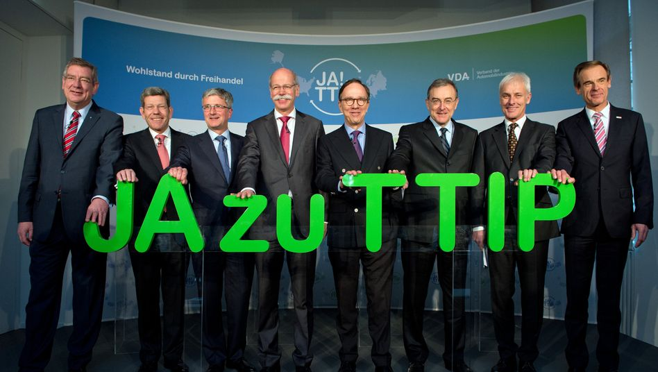 Grau in Grau: Manager der deutschen Automobil- und Zulieferindustrie bei einer gemeinsamen TTIP-Initiative