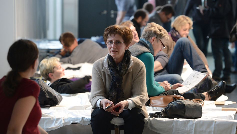 Flugreisende auf Feldbetten: Wieviel Entschädigung einem Fluggast bei welcher Verspätung zusteht, ist in der EU strittig