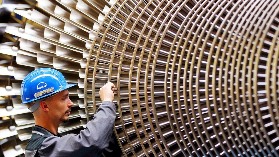 Mechaniker vor einer Turbine: Deutschlands Maschinenbauern stehen schwierigere Zeiten bevor, zeigt eine Studie