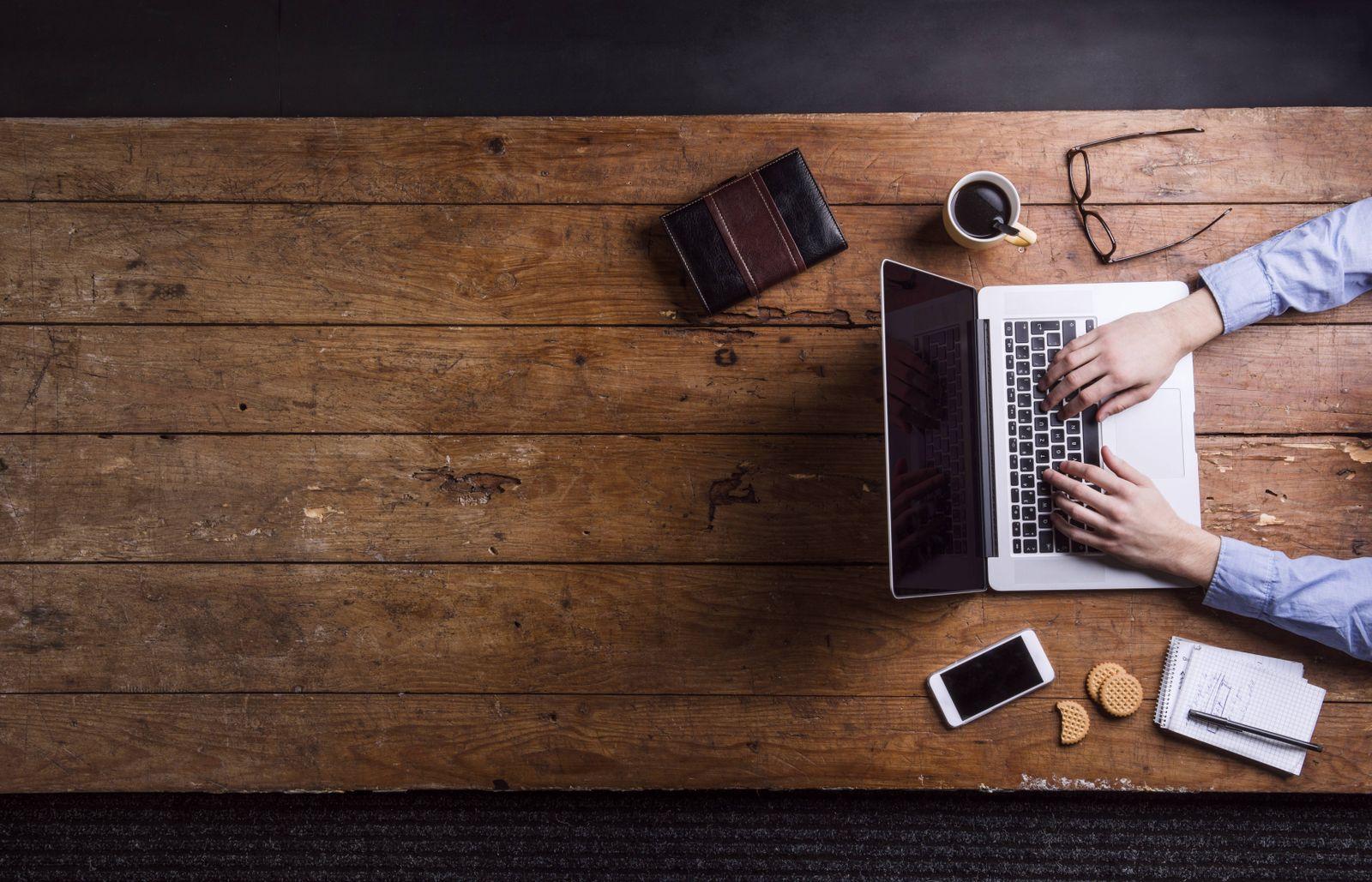 EINMALIGE VERWENDUNG Arbeiten am Notebook / Home Office