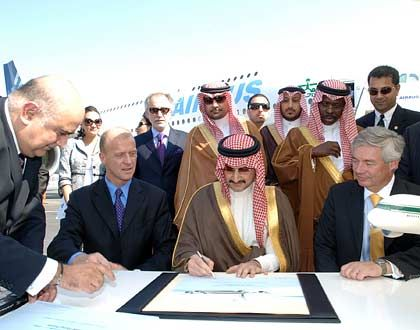 Unterschrift im großen Kreis: Als erster Privatmann hat Al-Walid bin Talal bin Abdulasis al-Saud (m.) einen Superairbus A380 gekauft
