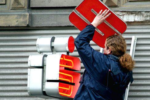 Große Last: Sparkassen haften bereits als Eigentümer für Landesbanken - vielen Instituten wird das zu teuer