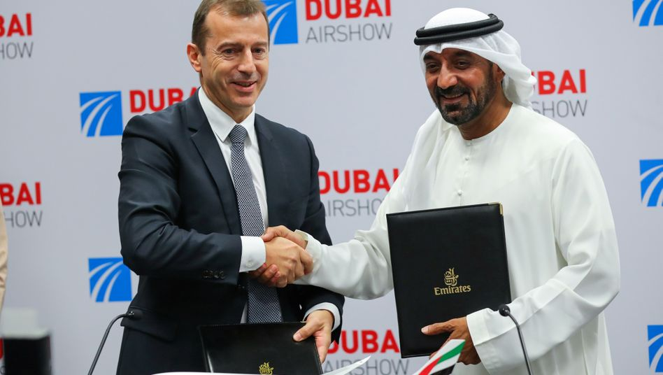Airbus-Chef Guillaume Faury (l.) und Emirates-CEO Sheikh Ahmed bin Saeed Al Maktoum nach der Unterzeichnung des Kaufvertrags über 50 A350-Flugzeuge