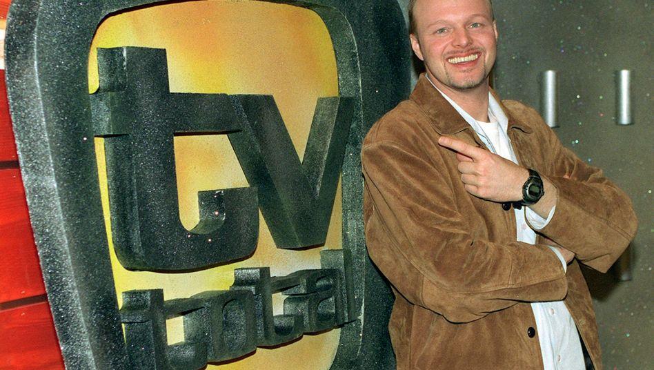 Start von TV Total: Seit März 1999 präsentiert Stefan Raab beim Sender Pro Sieben aus dem Theater am Rudolfplatz in Köln die komischten Highlights aus der aktuellen TV-Woche. Zuletzt kämpfte das Format mit fallenden Einschaltquoten. Zum Jahresende ist Schluss