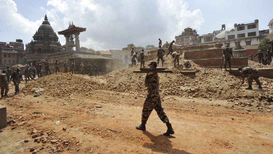 Aufräumarbeiten in Kathmandu: Die Regierung Nepals hatte am Samstag erklärt, es gebe quasi keine Hoffnung mehr, noch Überlebende zu finden
