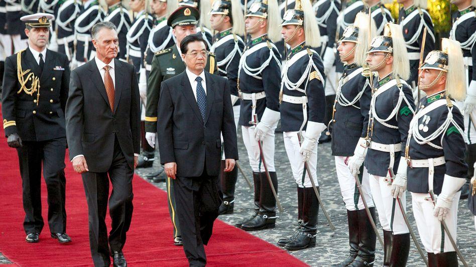 Hoffnungsträger: Chinas Präsident Hu Jintao in Lissabon mit Amtskollege Aníbal Cavaco Silva