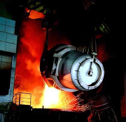 Flüssigstahl wird in einem Elektroofen chargiert: Einsatz im Edelstahlwerk von Shanghai Baosteel