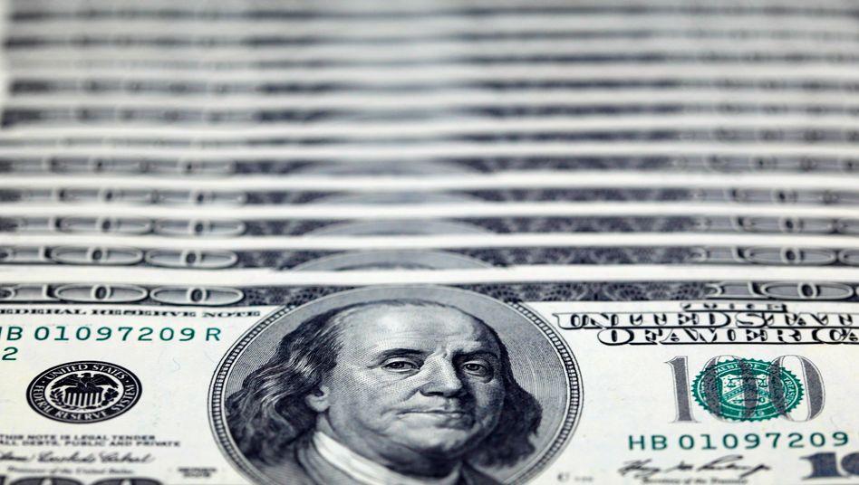 US-Dollar: Die Zeichen am US-Anleihemarkt stehen auf Rezession. Die Renditen kurzfristiger Staatsanleihen sind derzeit höher als bei langfristigen Bonds. Diese inverse Zinsstruktur gilt als Alarmsignal