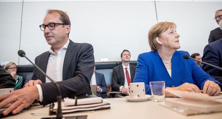 Seehofer fehlt: Bundeskanzlerin Angela Merkel (CDU) sitzt neben Alexander Dobrindt, Landesgruppenchef der CSU zu Beginn der Fraktionssitzung von CDU/CSU Fraktion im Bundestag