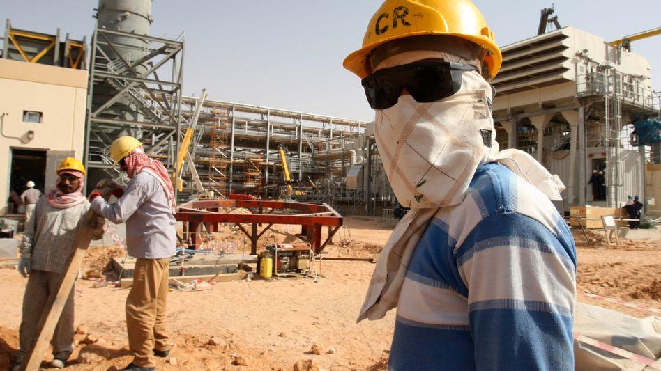 Arbeiter auf einem Ölfeld des saudischen Ölriesen Aramco