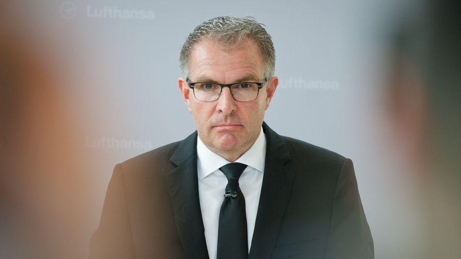 Carsten Spohr, Vorstandsvorsitzender der Lufthansa AG, am 25.03.2015 im Foyer des Lufthansa Aviation Center (LAC) am Flughafen in Frankfurt/Main während eines Statements zu Informationen über den abgestürzten Germanwings-Flug in Frankreich.