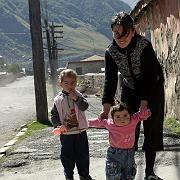 Begegnung am Straßenrand: Wie hier in Kasbegi im Norden des Landes freuen sich viele Georgier auf das Zusammentreffen mit Touristen