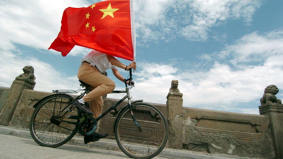 """Fahrradfahrer in Peking: Trotz hoher Zölle haben chinesische Hersteller einen hohen Marktanteil in Europa - Deutschland und Italien beklagen """"unfairen Wettbewerb"""""""