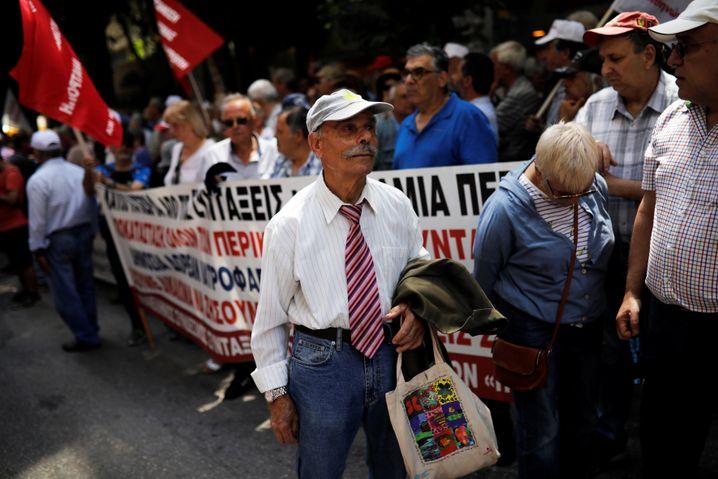 Die Sparprogramme holten tausende Demonstranten auf die Straße, die gegen die Kürzungen protestierten