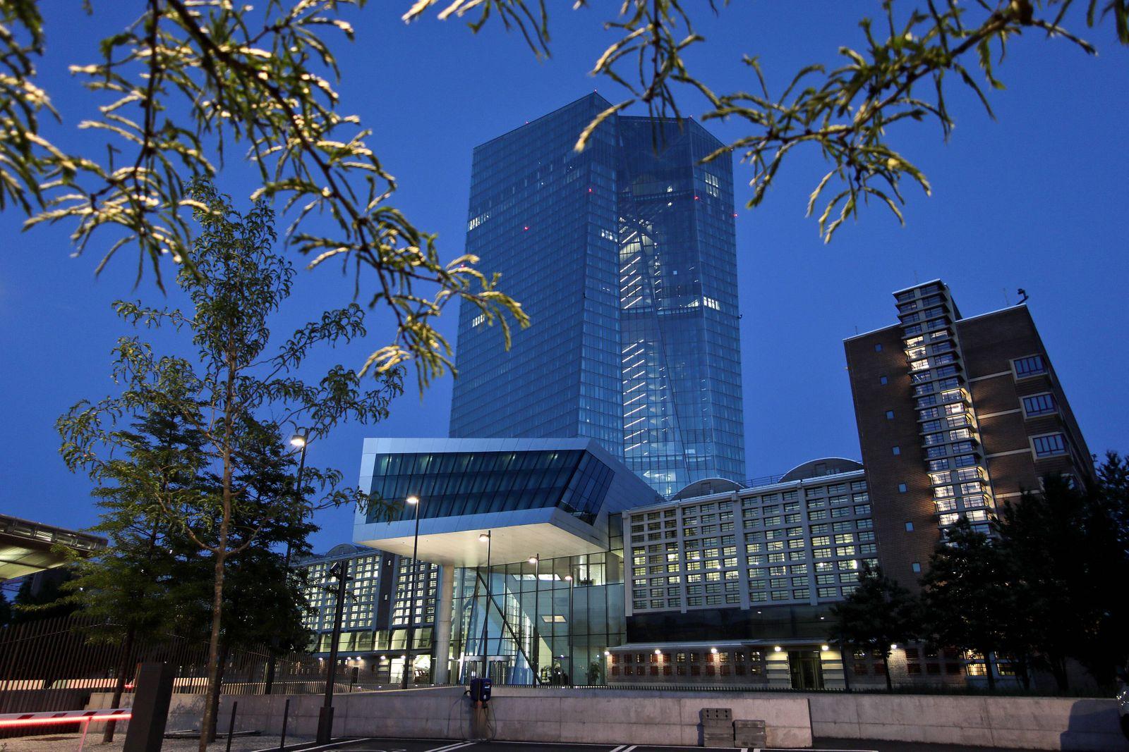22.06.2020, Frankfurt, DEU, Die Europäischen Zentralbank (EZB) im Abendlicht. *** 22 06 2020, Frankfurt, DEU, The Europe
