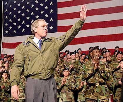 Umstrittene Präsenz: US-Präsident George W. Bush vor US-Truppen