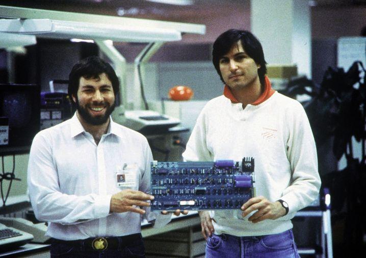 Steve Jobs (rechts) und Steve Wozniak zeigen sich 1978 stolz - Ronald Wayne hat Apple schon lange verlassen