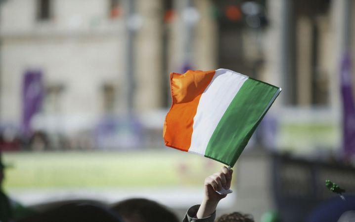 Irische Flagge: Mit der Corona-Krise ist in Irland im März der Arbeitsmarkt schwer unter die Räder gekommen