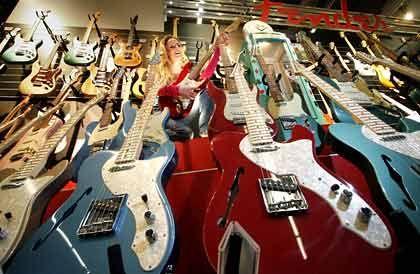 Pionier: Der Gitarrist Les Paul entwickelte das elektrisch verstärkte Instrument ohne Resonanzboden und schuf so die Basis für eine kostengünstige Massenproduktion