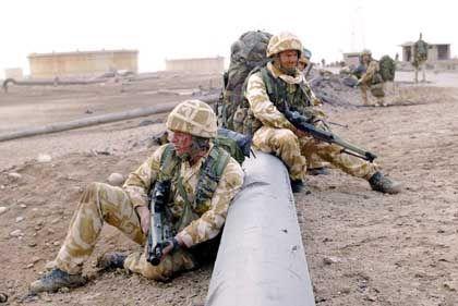 Etappenziel erreicht: Britische Soldaten bewachen die eingenommenen Ölförderanlagen bei Al-Faw