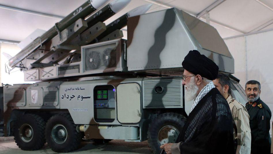 Irans Staatschef Ali Khamenei besichtigt Raketen-Abwehrsystem: Die Krise zwischen Iran und USA spitzt sich zu