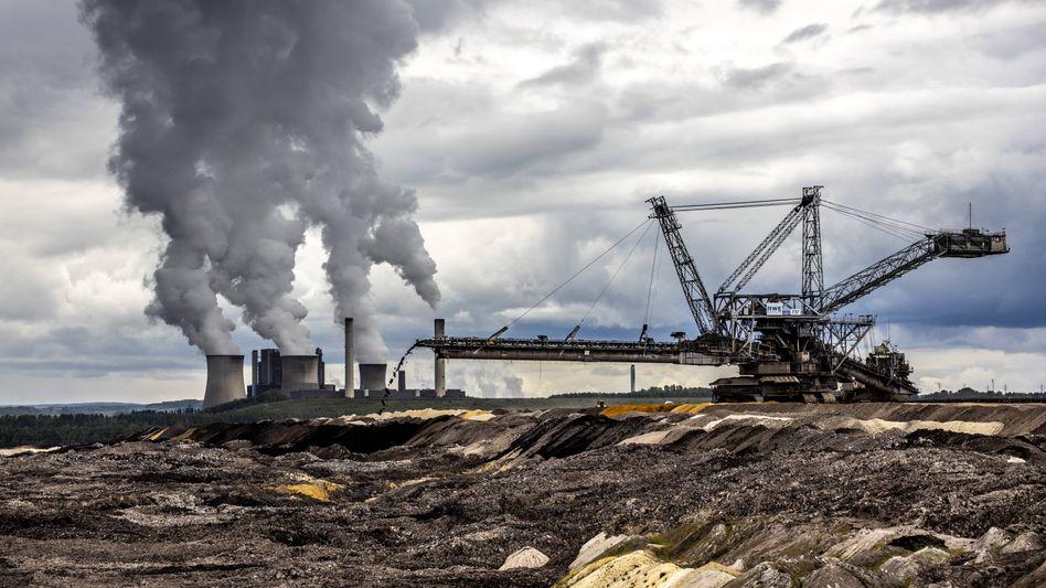 Braunkohlekraftwerk Weisweiler: RWE musste die Kohleförderung im Tagebau Inden einstellen, das angeschlossene Kraftwerk Weisweiler lief auch am Montag noch mit reduzierter Leistung