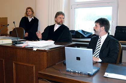 Kennt keine Gnade: Staatsanwalt Heyner Heyen (Mitte, links seine Kollegin Nana Frombach) hält nichts von den Anträgen der Verteidigung