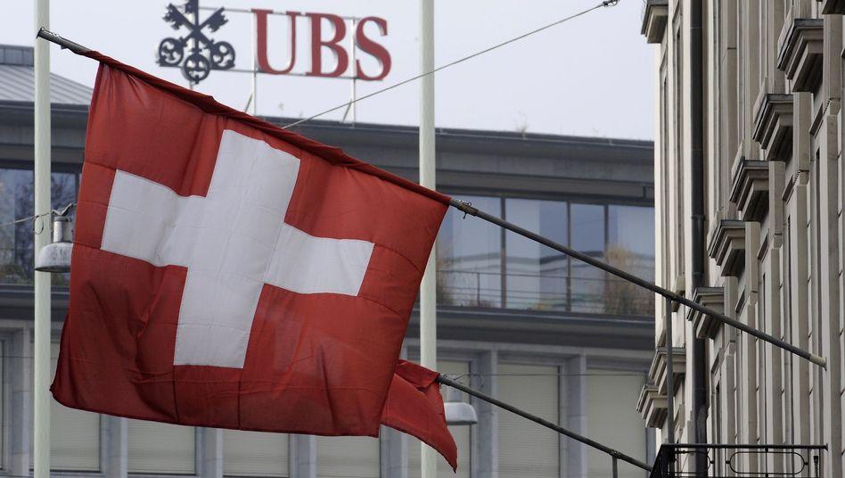 Mehr Filialen künftig dicht: Die Schweizer Großbank schließt auf dem Heimatmarkt jede fünfte Filiale und verlangt künftig Strafzinsen schon ab einem Kontostand von 250.000 Franken