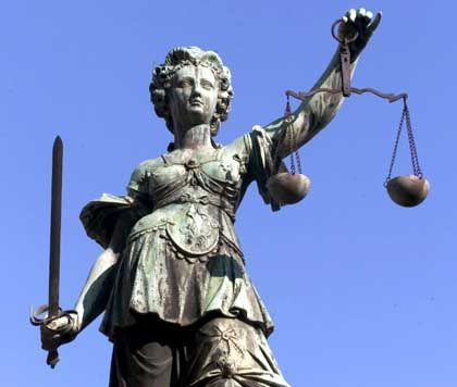 Justizia: Ob Bankmanager unverhältnismäßig große Risiken eingegangen sind, müssen im Strafrecht die Richter entscheiden