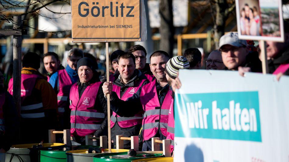 Demonstrierende Siemens-Arbeiter vor der Hauptversammlung Ende Januar in München