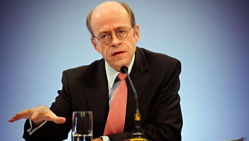 Die Hand deutet es an: MunichRe-Chef Nikolaus von Bomhard legt die Rendite und Geschäftserwartungen für das laufende Jahr schon mal etwas tiefer