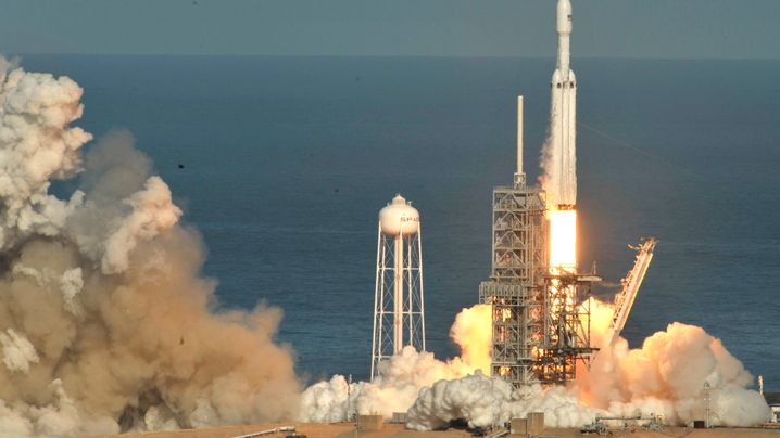 SpaceX: Rakete startet mit Tesla ins All