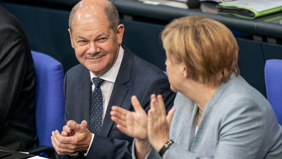 Beginn der Haushaltswoche: Finanzminister Scholz, Kanzlerin Angela Merkel