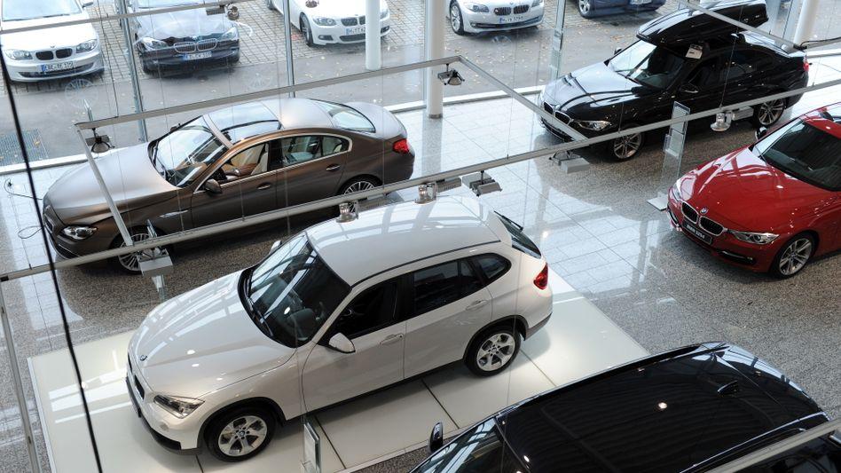 Neuwagen in einem Autohaus: Der Besuch im Glaspalast wird seltener, jeder achte Neuwagenkäufer ordert schon online