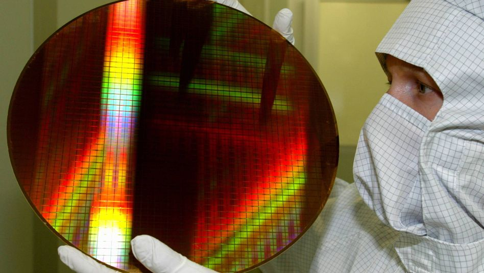 Infineon-Mitarbeiter in Dresden: Die Aktionäre sollen am Gewinn des Halbleiterkonzerns beteiligt werden