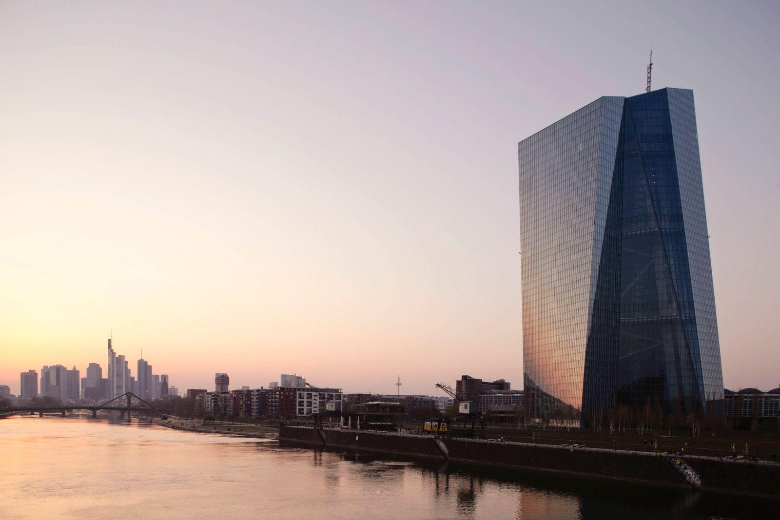28.03.2020, Frankfurt am Main, Deutschland - Foto: Das markante Gebaeude der Europaeischen Zentralbank, EZB am Osthafen