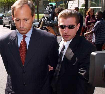 Systematisch die Gesetze der Buchhaltung ausgehöhlt: Chefbuchhalter Myers (links im Bild) bei der Festnahme durch FBI-Agenten