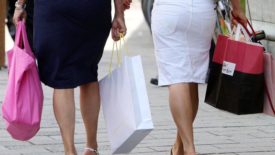 Die Einkaufstüte ist voll: Die Zinsen am Boden, die Sparneigung rückläufig - die Konsumstimmung der Verbraucher in Deutschland steigt erneut