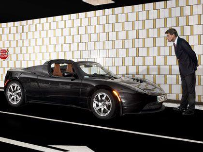 Prüfender Blick: Der Tesla Roadster und Tester Grenz