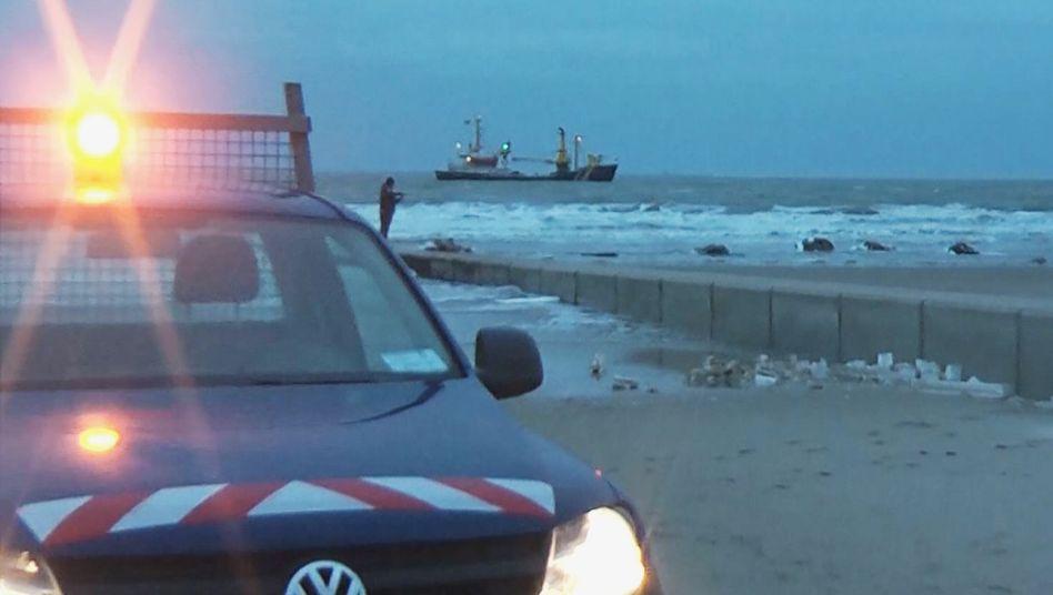 """Niedersachsen, Borkum: Ein Fahrzeug der Kurverwaltung steht am Strand von Borkum, wo nach der Havarie der """"MSC Zoe"""" zahlreiche Flachbildschirme und weiteres Strandgut angespült worden waren."""
