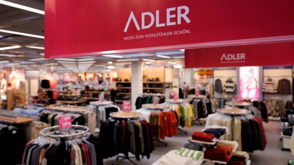 """In Deutschland geschlossen: Adler verkauft Mode für die ältere Generation, doch die bundesweite """"Notbremse"""" mit erneuten Schließungen setzen dem insolventen Unternehmen in Eigenverwaltung hart zu"""